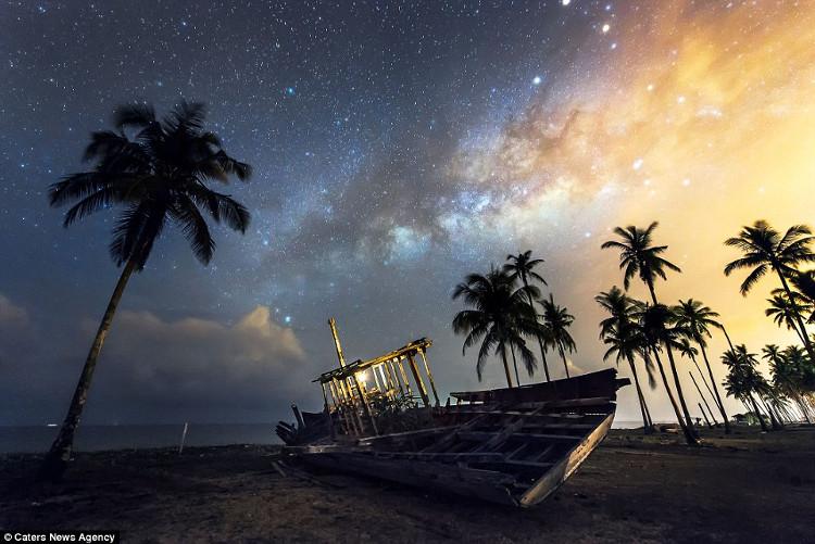 Chiếc thuyền hỏng nằm trên bãi biển yên tĩnh dưới bầu trời đầy sao ở Malaysia.