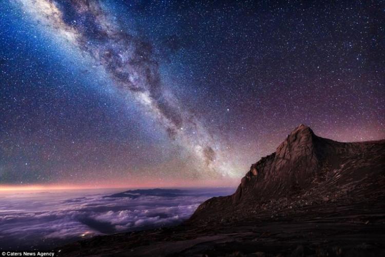 Dải ngân hà hiện ra rõ nét trong bầu trời đêm trên đỉnh núi Kinabalu ở Malaysia.