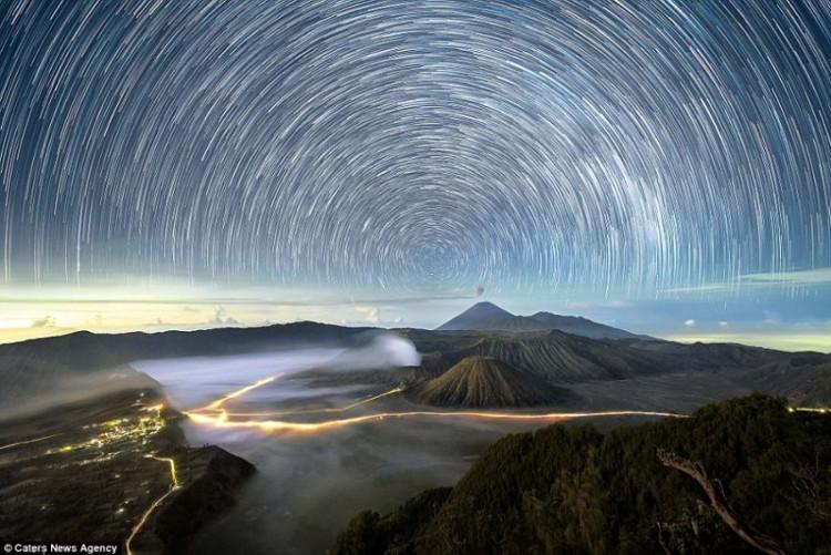 Cảnh tượng tuyệt đẹp của bầu trời đêm tại vùng núi Bromo (ảnh) ở Indonesia