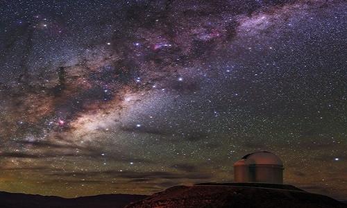 Dải Ngân hà phát sáng trên bầu trời đêm tại Đài quan sát La Silla, Chile.