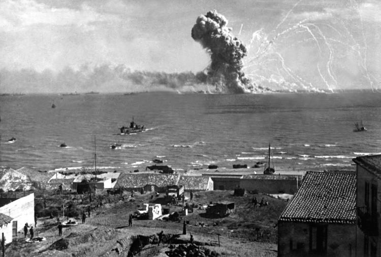 Trong ảnh là quân Đồng minh đổ bộ lên đảo Sicily (Ý) vào tháng 7/1943.