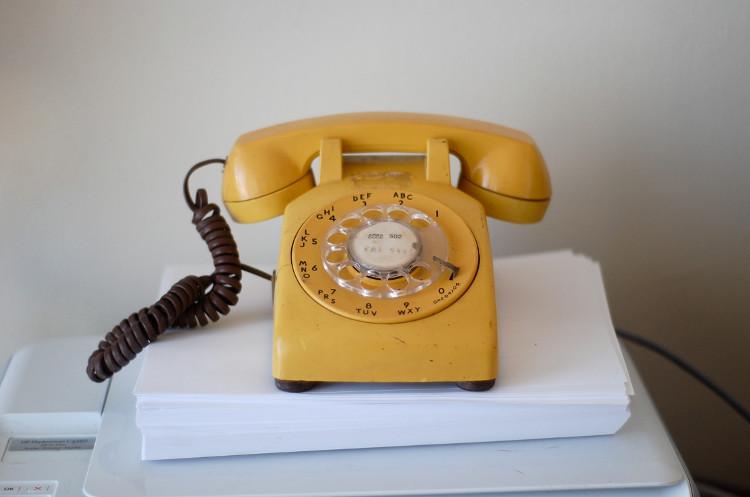 Những ngày đầu của dịch vụ điện thoại, người dùng cần phải gọi điện thoại tới điều phối viên và yêu cầu được nối máy tới một đường dây cụ thể nào đó.