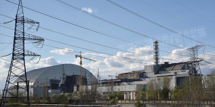 Lò phản ứng số 4 (phải) của Nhà máy điện nguyên tử Chernobyl tại Ukraine và mái vòm thép mới (trái) ngày 22/4