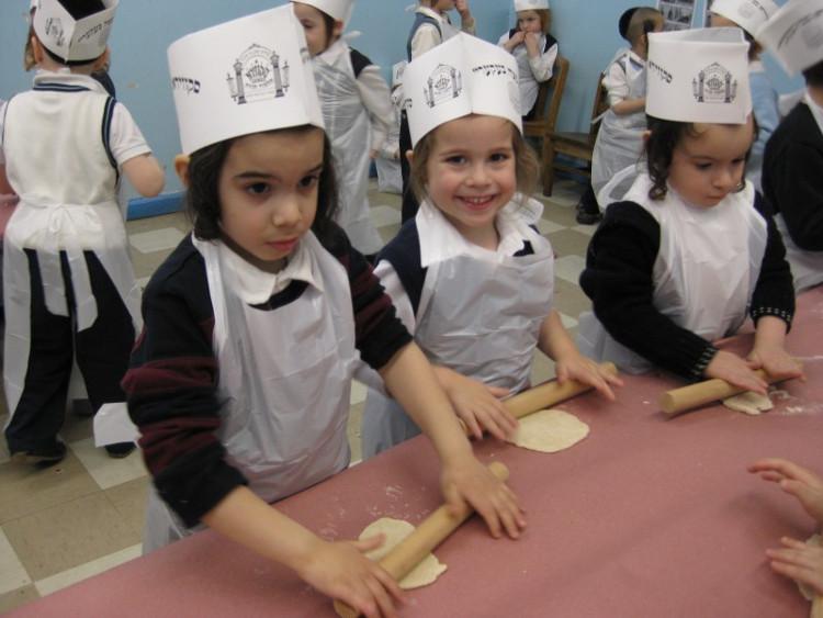 Hình ảnh những em nhỏ Do Thái được dạy cách làm bánh ngay từ khi học mẫu giáo.