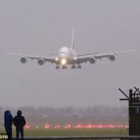Video: Máy bay A380 trổ tài hạ cánh chiều ngang trong bão lớn