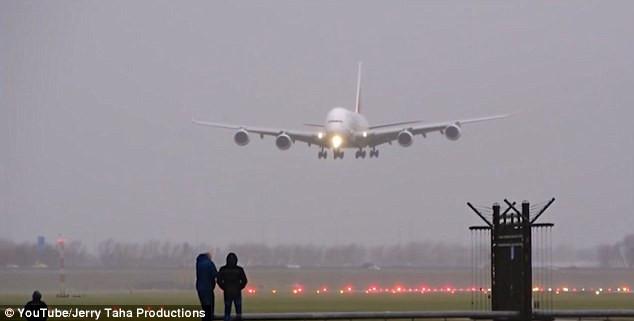 Chiếc A380 chuẩn bị hạ cánh trong điều kiện thời tiết xấu.