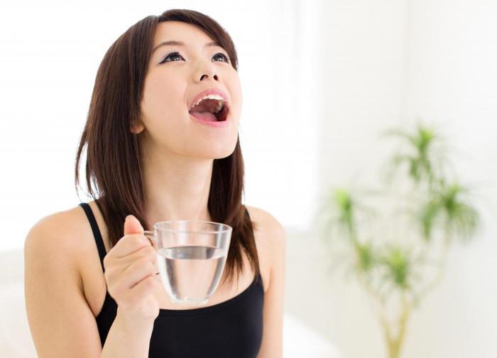 Nên súc miệng thường xuyên để phòng tránh viêm họng hạt.