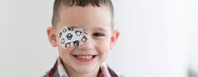 Có thể dùng miếng che mắt, che đi mắt tốt hơn để kích thích thị lực từ mắt còn lại.
