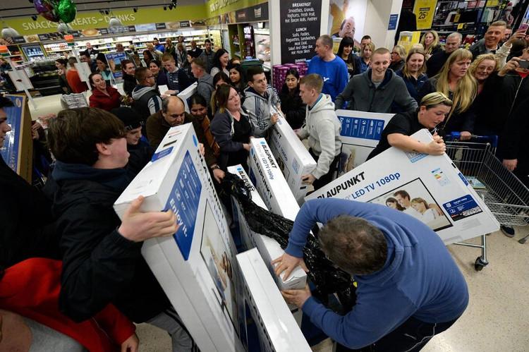 Các tín đồ shopping chỉ đợi đến ngày Black Friday để được thỏa sức mua sắm.