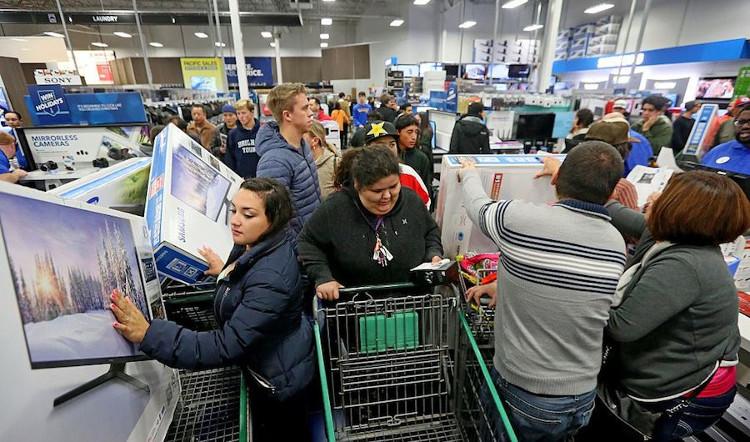 """Cảnh tượng hỗn loạn thường thấy tại các """"ngày lễ mua sắm"""" Black Friday."""