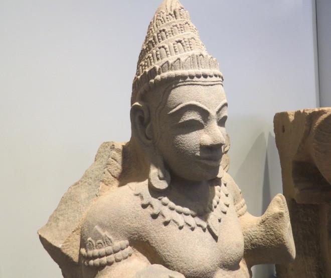 Tượng Kinnara thế kỷ 12-13, một tạo vật nửa người nửa chim mang thân nam sống giữa cõi trời