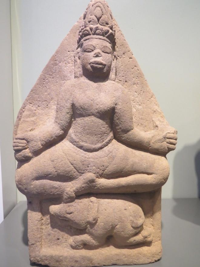 Hình tượng thần Angni (thần lửa) có niên đại thế kỷ 9-10 được điêu khắc tinh xảo trên sa thạch cứng