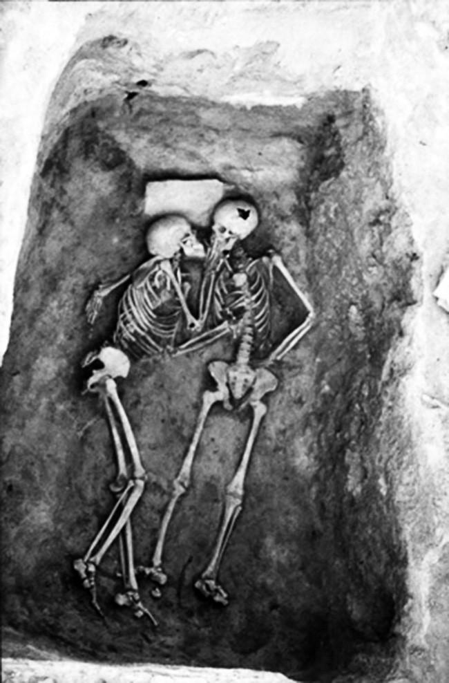 Nụ hôn 2800 năm lịch sử.
