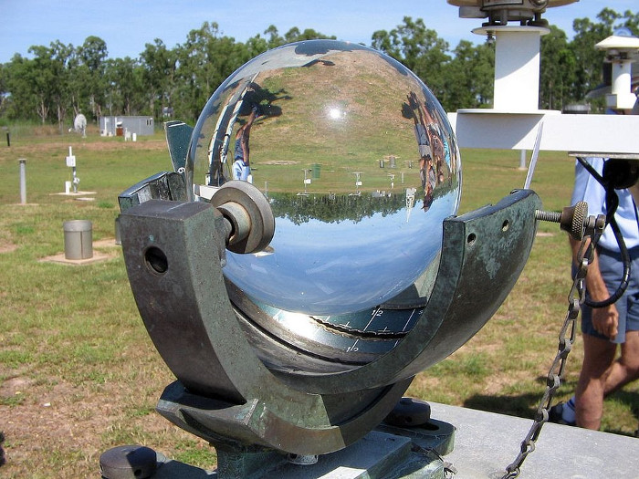 Campbell-Strokes Sunshine Recorder hay hay máy lưu ký cường độ ánh sáng mặt trời Campbell-Stokes.