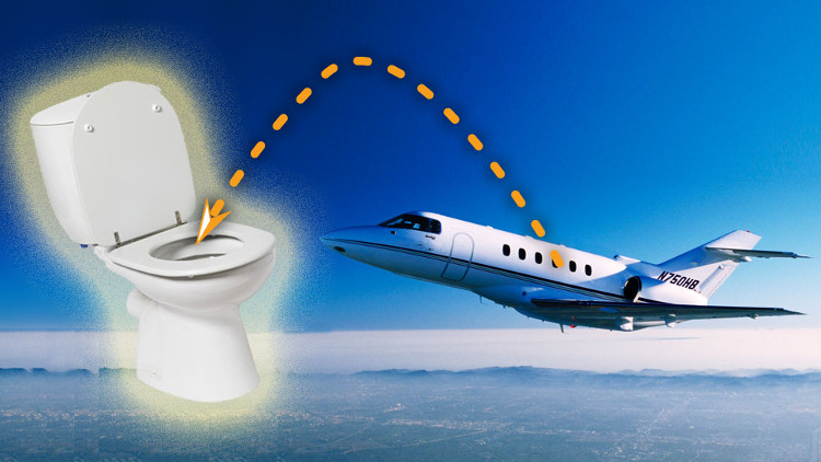 Đến năm 1982, toilet hút chân không mới ra đời và sử dụng trên các chuyến bay thương mại.
