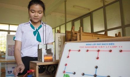 Nguyễn Việt Trinh bên mô hình phanh điện từ.
