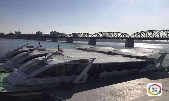 Ba chiếc thuyền Ngọc Lưu đậu bên bờ sông được đánh số thứ tự trên đuôi thuyền.