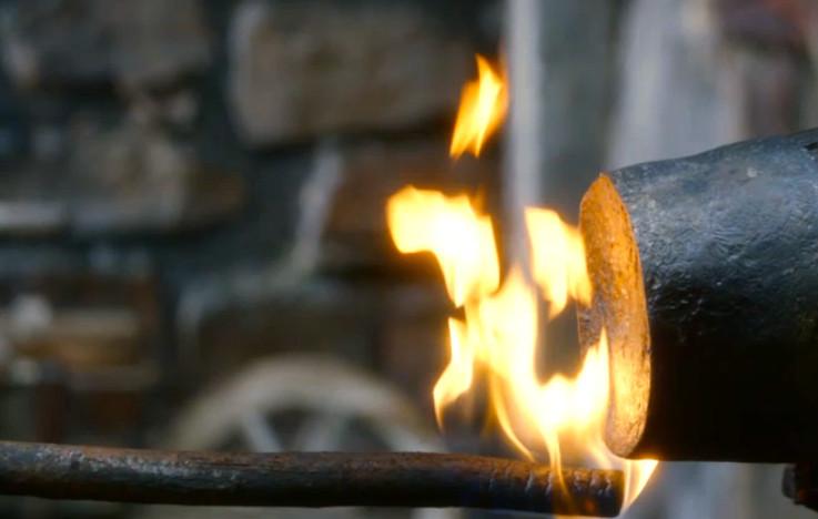 Ném vào trong vạc, đốt lửa phía dưới