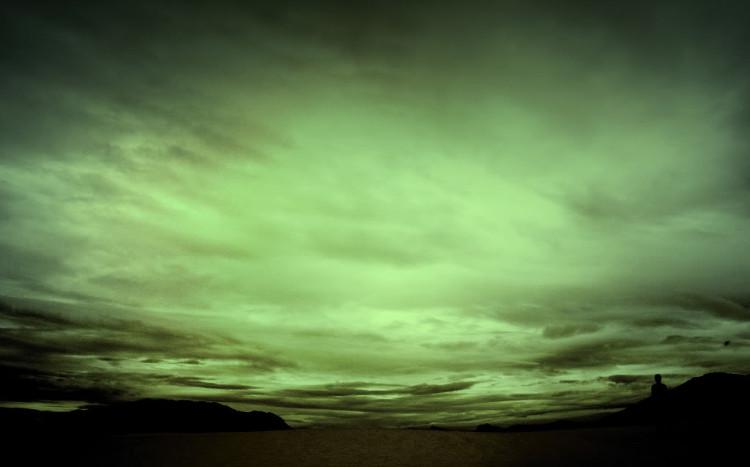 Nơi đây không có ánh sáng mặt trời, và bầu trời mang toàn một màu xanh lục đậm.
