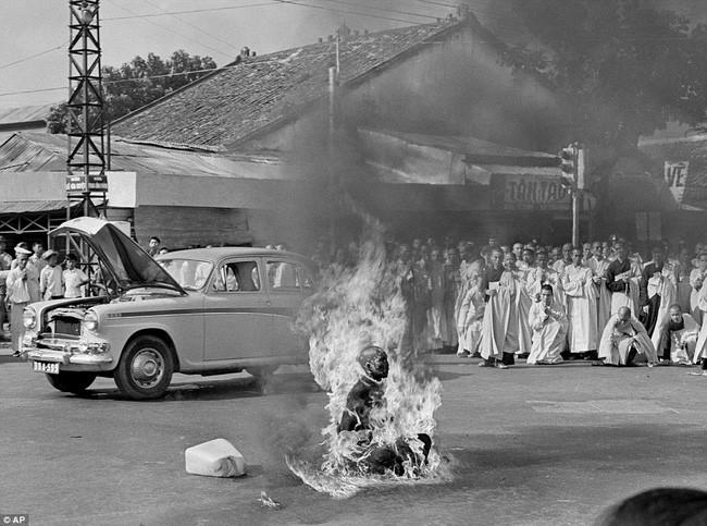 Hòa thượng Thích Quảng Đức tự thiêu để phản đối chính quyền Ngô Đình Diệm tại Sài Gòn.
