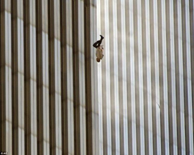 Người đàn ông nhảy lầu từ trung tâm thương mại Thế giới trong vụ khủng bố 11/9/2001.