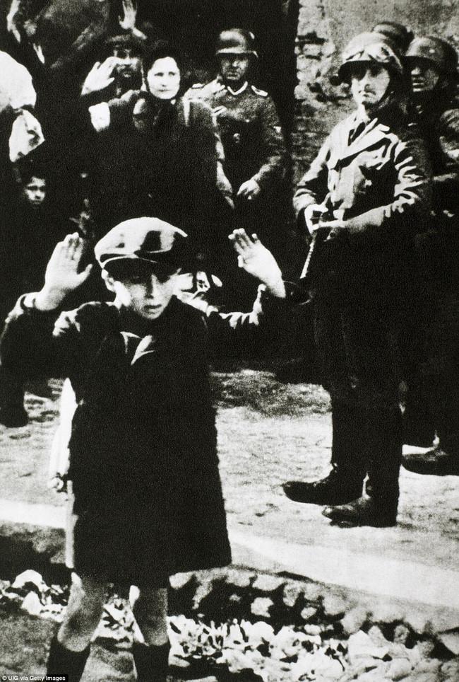 Đứa trẻ Do Thái đầu hàng trong sự kiện Holocaust tại Đức. Bức ảnh được chụp vào năm 1943.