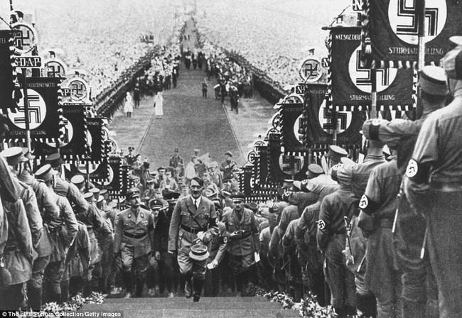 Cuộc duyệt binh với sự xuất hiện của Adolf Hitler vào năm 1934.
