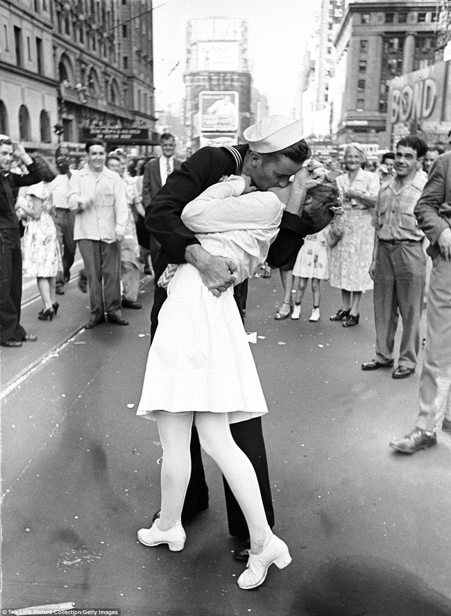 Nụ hôn trên quảng trường Thời Đại ngày 14/8/1945.