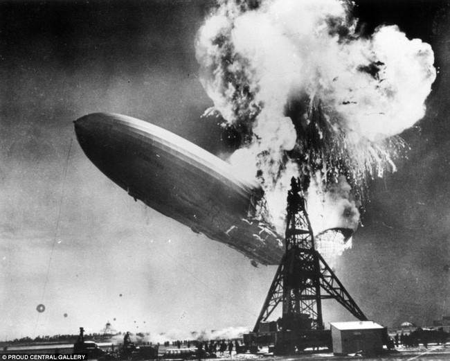 Vụ nổ khinh khí cầu Hindenburg tại New Jersey, Mỹ vào năm 1937.