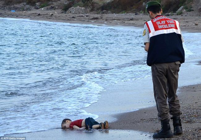Xác em bé Syria dạt vào bờ biển Thổ Nhĩ Kỳ vào năm 2015.