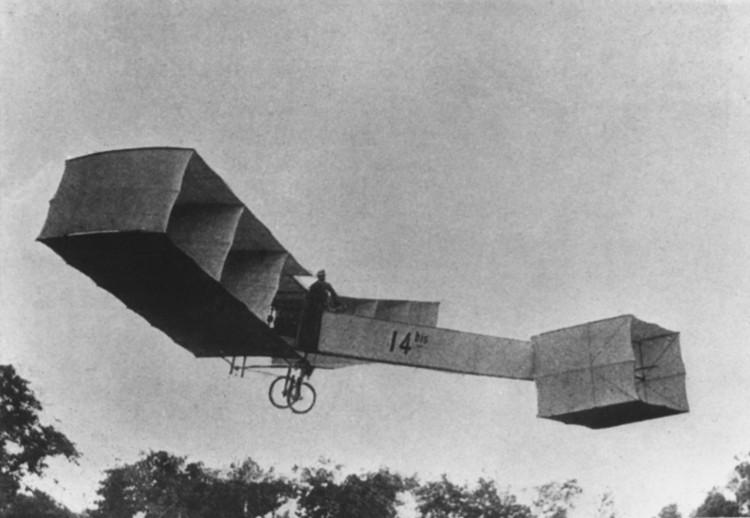 Chiếc máy bay 14-bis của Alberto Santos-Dumont (1873 - 1932).