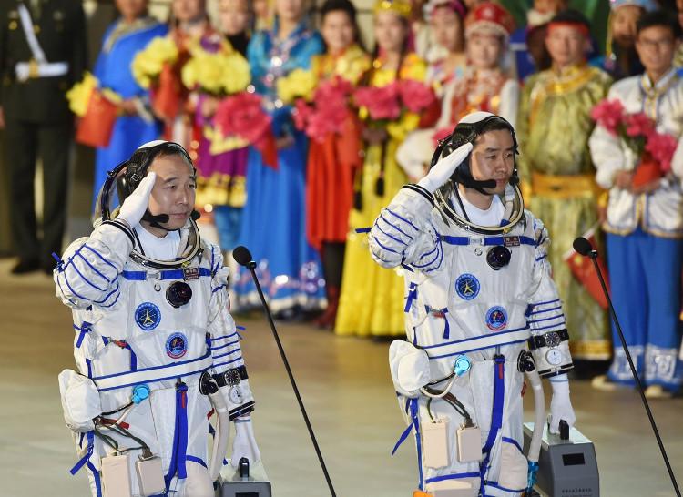 Hai phi hành gia Trung Quốc trước giờ lên tàu Thần Châu 11 trong vụ phóng hồi tháng 10.