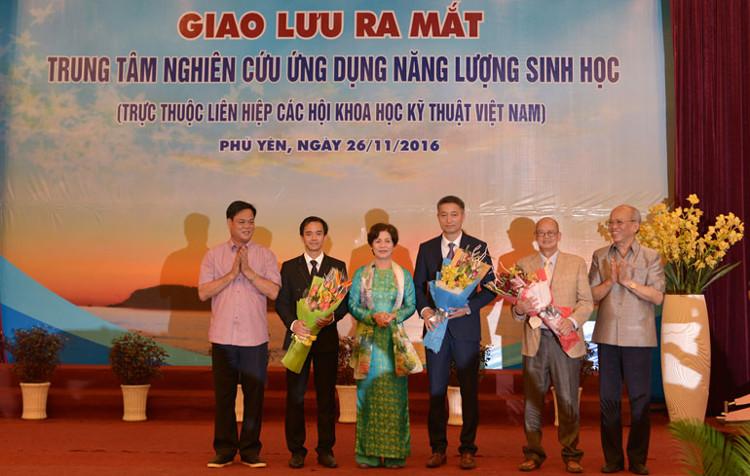 chí Huỳnh Tấn Việt, GS-BS Therasa Nguyễn Thu Thủy và GS-TS Trình Quang Phú tặng hoa cho ban giám đốc trung tâm