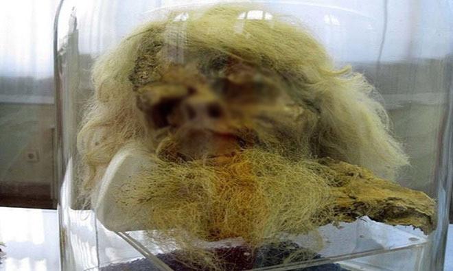 Râu, tóc, cơ quan nội tạng, quần áo của các xác ướp hầu như còn nguyên vẹn do được bảo quản trong môi trường khô và mặn
