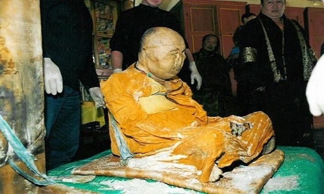 Xác ướp này nằm sâu trong một tu viện, ngồi ở tư thế kiết già (lotus position) và gần như hoàn toàn nguyên vẹn.