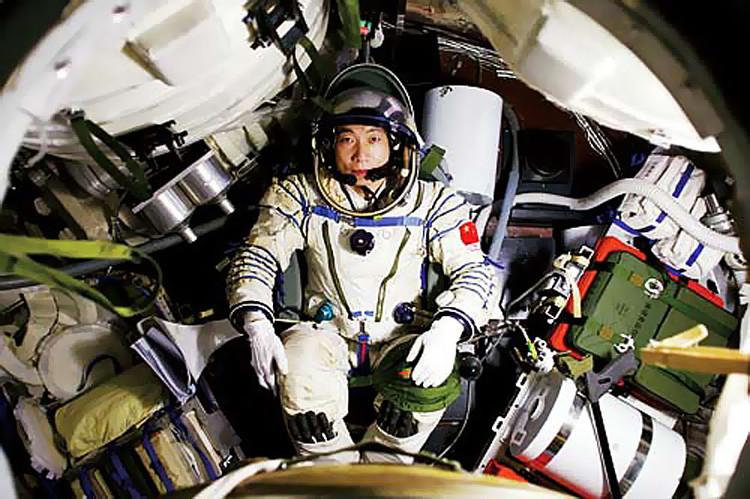 Phi hành gia Yang Liwei ngồi trong khoang tàu vũ trụ Thần Châu 5.
