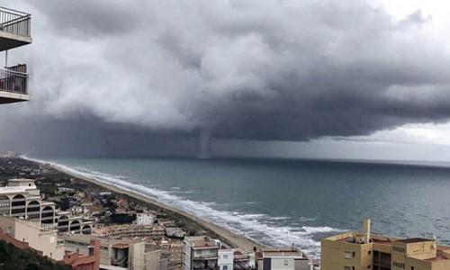 Vòi rồng khuấy đảo bờ biển Valencia hôm 27/11.