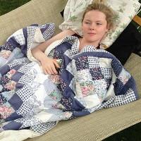 Ngủ 6 tháng li bì trên sofa: Cuộc sống của cô gái trẻ hoàn toàn thay đổi