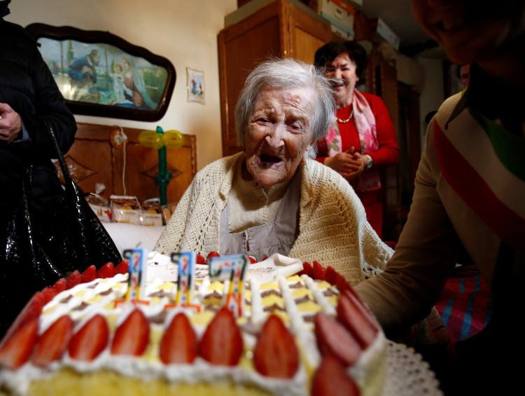 Cụ bà lớn tuổi nhất thế giới đón sinh nhật lần thứ 117 tại nhà riêng ở thành phố Verbania, Italy, hôm 29/11.
