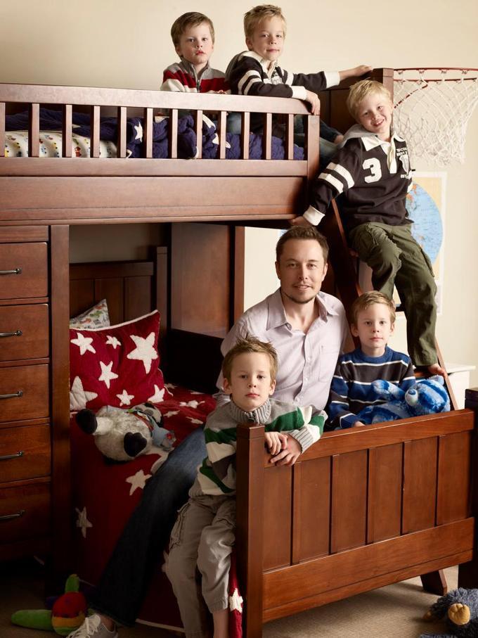 Tỷ phú Mỹ Elon Musk sinh được 6 con, đều là con trai, với người vợ đầu. Một con mất khi mới hơn hai tháng tuổi.
