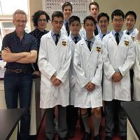 Học sinh Australia sản xuất thuốc cho người nhiễm HIV