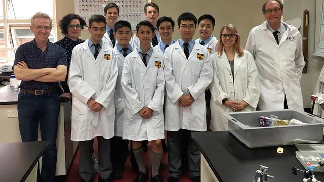 Nhóm nghiên cứu chế tạo Daraprim tại trường trung học chuyên Sydney.