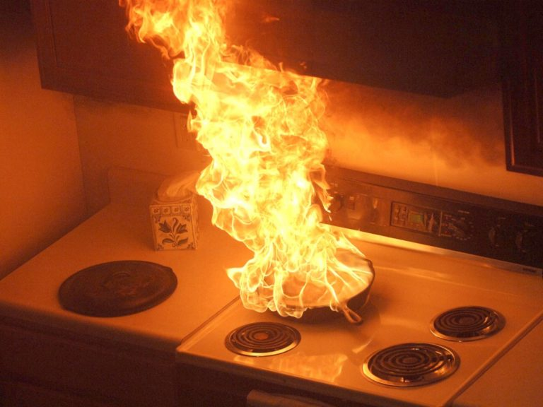 Nếu đun nấu bị chạy, bạn nên tắt bếp và phủ chăn lên bếp