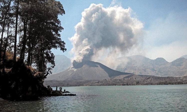 Núi lửa Rinjani trên đảo Lombok, Indonesia, một trong vài trăm núi lửa trên quốc đảo này