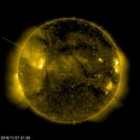 """Kỳ quái UFO """"hút năng lượng"""" từ mặt trời"""