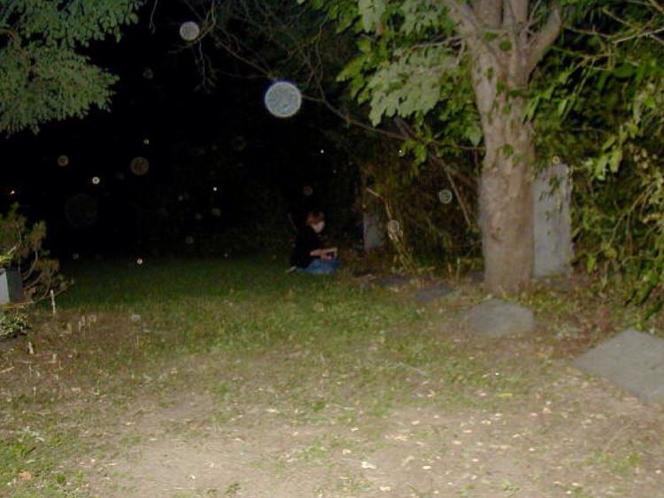Những quả cầu ánh sáng không thể nhìn bằng mắt thường mà chỉ xuất hiện khi chúng ta chụp ảnh được cho là linh hồn của người đã khuất.