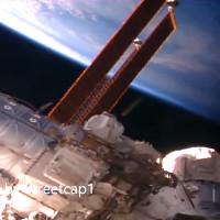 Video: UFO hình điếu thuốc nháy sáng bay gần trạm ISS
