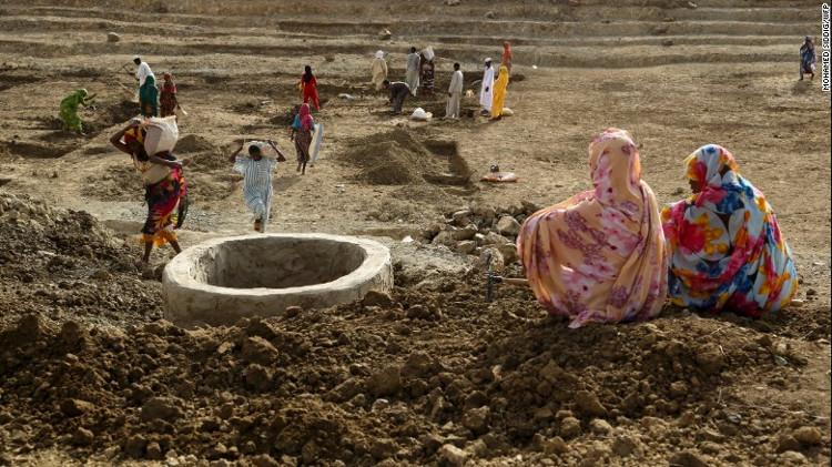 Nhiệt độ tăng cao, nguồn nước khan hiếm, đất khô cằn và hạn hán nghiêm trọng trở nên phổ biến.