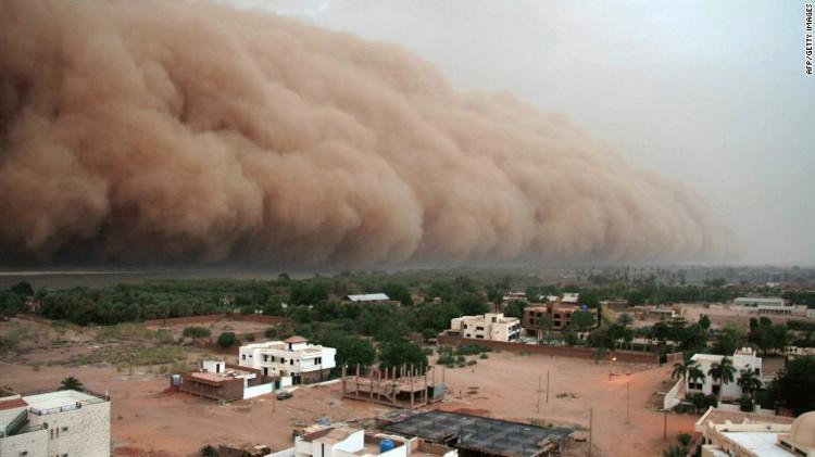 Những cơn bão bụi cũng xuất hiện nhiều hơn trong khu vực, khiến nạn thiếu nước và xói mòn đất càng khốc liệt.