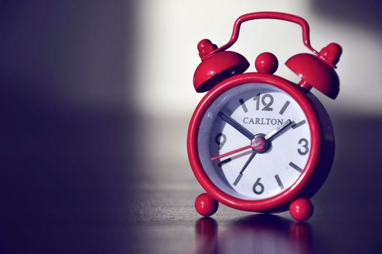 Hãy sử dụng đồng hồ báo thức thay vì thiết bị điện tử để có giấc ngủ ngon hơn.